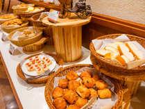 【ル・マッターホルン】朝食/30分に1回、焼き立てのパンをお席にデリバリーするサービスも!