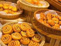 【ル・マッターホルン】朝食/焼きたてパンの香ばしい香りが食欲をそそります