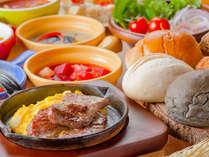【ル・マッターホルン】朝食/和風ふわとろスクランブルエッグ&焼きたてお肉を熱々のミニフライパンで提供