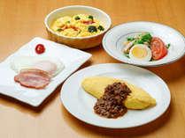 【ル・マッターホルン】朝食/チーズ入りジャンボオムレツやベーコンエッグなど全4品