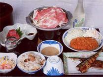 <ご夕食例>旬の素材を使ったボリューム満点のお食事。家庭的なお料理がずらり。食堂にてご用意致します。