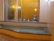 ★浴場★ヘルストン泉は、ミネラルたっぷりのお湯。手足を伸ばしてのんびりと、身体の芯から温まります…★