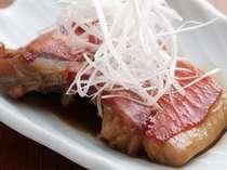 *下田港名物の金目鯛の煮付け、こってり甘辛の漁師町らしい味付けで美味。