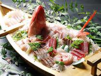 *ぷりっぷりの旬の鮮魚をたっぷり大漁舟盛にしました。