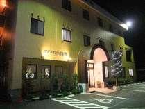 ホテル正面入口、身障者用駐車場。ライトアップ