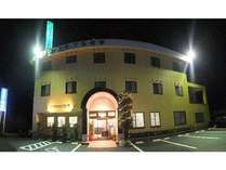 リフォーム後のライトアップされたビジネスホテルのパノラマ写真です。