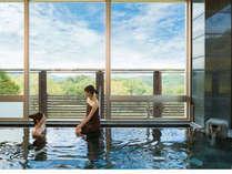 大浴場からは新緑や紅葉、雪景色など四季折々の自然がご覧いただけます