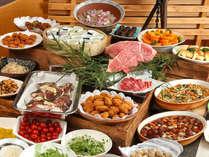 広島牛(黒毛和種)ステーキや牡蠣フライなど地元の食材や料理が並びます。