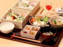 「ラウンジ 桜彩」は、厳選した素材を生かした伝統的な和朝食をご用意しています。