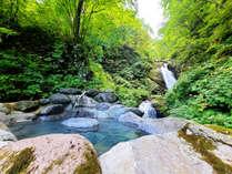 【滝見露天風呂】最上川源流の滝を臨む露天風呂。壮大な景色とマイナスイオンに癒されること間違いなし!
