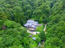 【外観】標高1126m(いいふろ)。吾妻連峰の最高峰・西吾妻山の中腹にある一軒宿です。