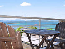 *玄関から白浜ビーチを望む。まるで海外のような海の青さです。