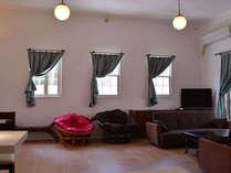 一階リビングの窓&ソファーベッド×2です。天井が3.6メートルあります。