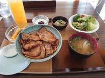 朝食メニュー「白樺ポークの豚丼セット」