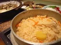 ふっくらと炊きあがった炊き込みご飯。季節感もたっぷり味わえます。
