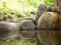四季を愛でながら入る露天風呂は格別です。