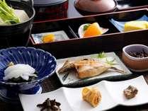 朝食は、ご飯のおかわりも自由!モリモリ食べれる和朝食/例