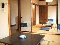 6畳の客室。2間続きの様子(エアコン、テレビ有り)