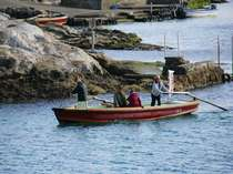 二挺こぎの和船にのると、透き通る海の底には魚や海藻がみえます。