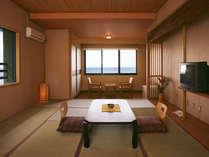 *本館の和室8畳一例、雄大な青い海を望むお部屋でゆっくりお過ごし下さい。