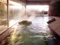 *鴨川温泉なぎさの湯。泉質は単純アルカリ硫黄冷鉱泉、男女浴場は広々とした作りです。