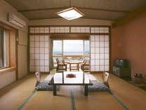 *木造館の和室8畳一例、二面採光のお部屋は明るくて過ごしやすいです。