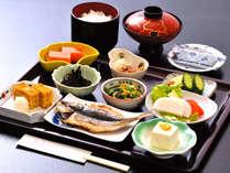 *和朝食/鴨川産の炊き立てご飯、地元おばあちゃんの手作り漬物、海辺の食卓ならではのひじきや魚付