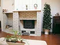 開放感溢れるラウンジには暖炉と3メートルのクリスマスツリーが。