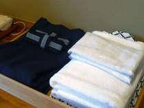 【お部屋・和室】浴衣、タオル、バスタオル等をご用意しています。館内は浴衣でリラックスして下さいね。