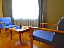 【お部屋・和室】窓側の椅子