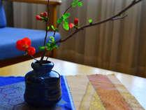 【お部屋・和室】季節の花でお迎えしております。