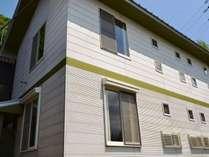 コテージは2階建て。1階と2階の入り口は別々にあり、ワンフロア―にワングループが宿泊