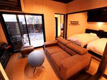 ◆中車◆露天風呂付スィート ゆったりとソファに座って外を眺めれば、湯煙立ち上る露天風呂が臨めます。