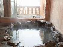 家族湯も湯の花たっぷり源泉100%掛け流し。平日は空いていれば何度でも、休前日は1回無料です。
