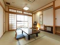 目の前を流れる筑後川の音も心地よく、耳納連山も一望できる/10畳客室 一例