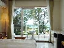 [スタンダードルーム]くつろぎのお部屋からは穏やかな海の景色が広がります。