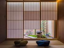 伝統的な坪庭眺をめることができるリビングルーム