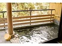 美山川のせせらぎが聞こえる露天風呂は谷に流れる天然水を利用したラジウムミネラル温泉です。