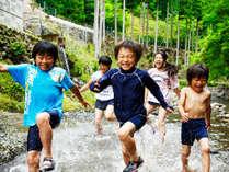 当館前の≪清流≫で川遊び!夏の暑さもこれでへっちゃら♪