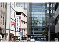ホテルを出ると、目の前にもう博多駅です。最高の好立地のホテルです!