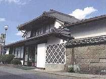 築160年の江戸時代の廻船問屋を増改築したおもむきある建物です。
