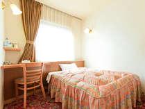 シングルルーム/明るい色調のお部屋です♪インターネット接続無料