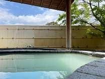 【露天風呂】pH値が2.5と低く、泉質は全国でも珍しい酸性泉です