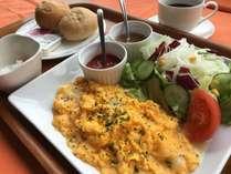 『チーズ入りスクランブルエッグとたっぷりサラダの朝食セット』 地元産の乳製品を使用。