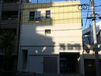 江戸東京ホステルの外観。江戸東京ホステルはこの建物の2階部分です。