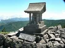 当館は根子・四阿の山道沿いで、登山には便利です。根子岳山頂2207mのほこらです。