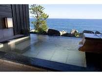 のんびりと心地よい風にあたりながら太平洋を一望できる露天風呂。