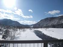 山荘の前にある清津川です