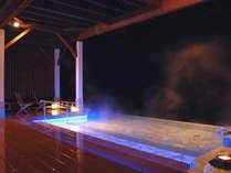 露天風呂≪夜≫LEDでライトアップされ、幻想的な雰囲気です♪