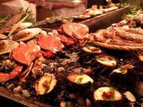 【和風海鮮バイキング】炉端焼きでは蟹や帆立、海老などを焼いております。